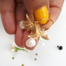 עגילי מתלה גולדפילד עם פרחים