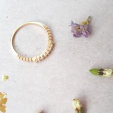טבעת גולדפילד עדינה עם 7 זרקונים