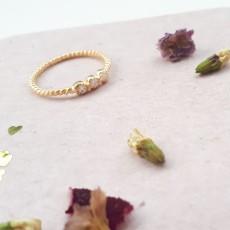 טבעת עדינה לכלה 3 זרקונים מגולדפילד